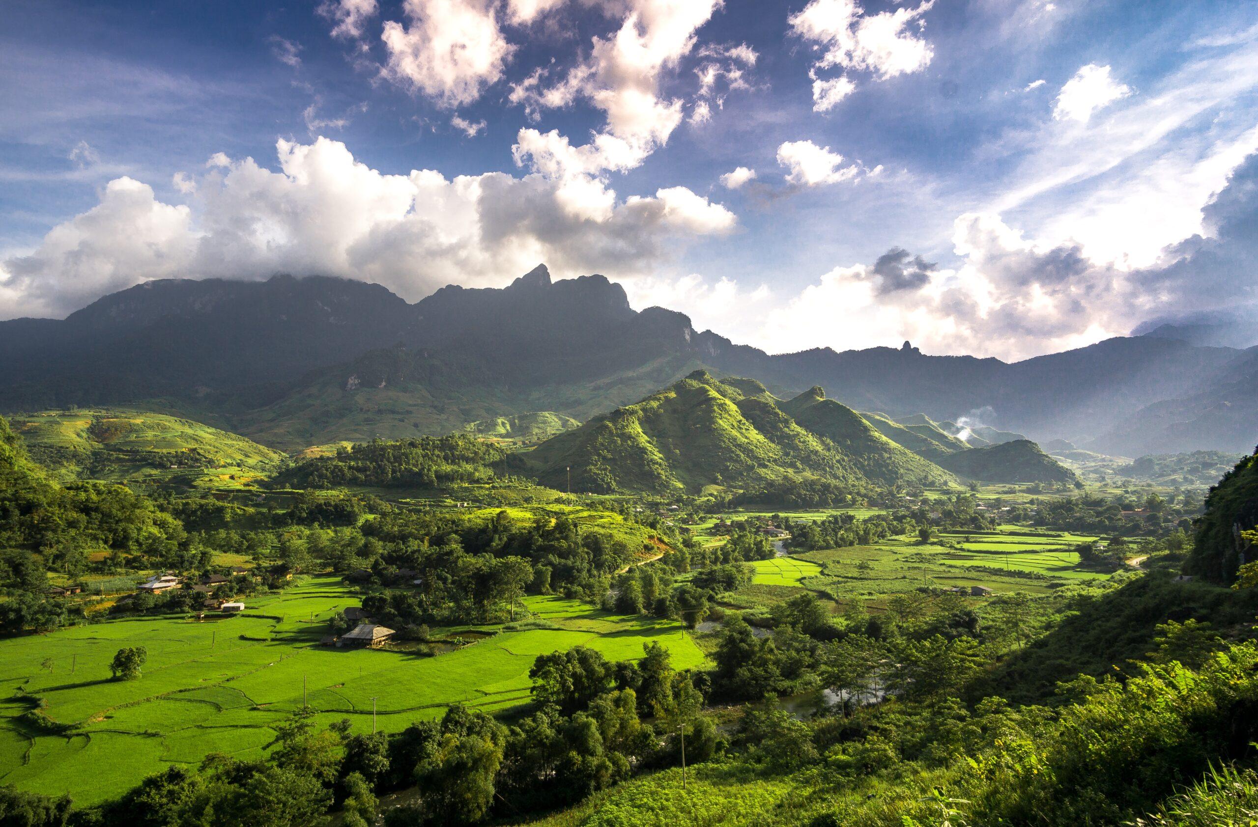 valli e montagne verdi