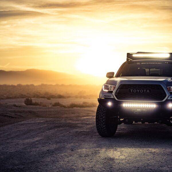 auto 4x4 al tramonto