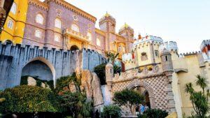 Castello beige in primo piano con sullo sfondo la città