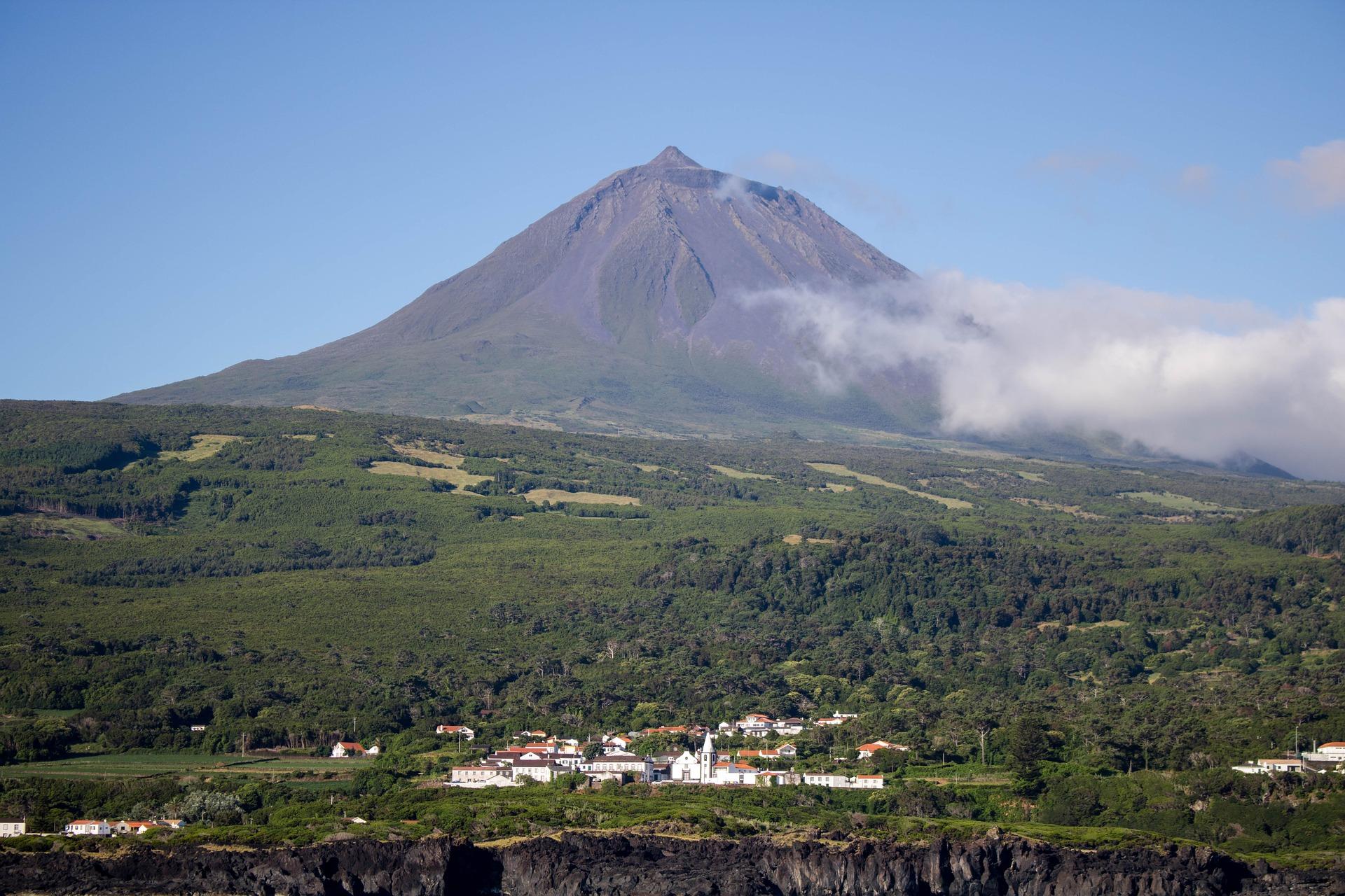 panorama con vulcano al centro